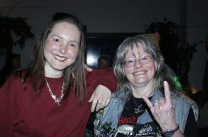 Karin Wiefel aus Greffen und Cathy Heinicke aus Bielefeld gehören zu den Stammgästen der Rock-Oldie-Night.