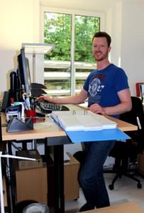 Er kann nur im Stehen lange arbeiten. Zum Glück hat Jan Adde de Groot einen maßgefertigten Schreibtisch.