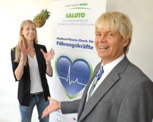 Claudia und Dr. Wienecke mit Ananas_b1