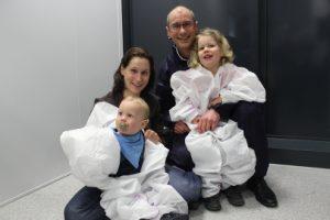 Familie Hasler nutze die Gelegenheit, an einem geführten Rundgang durch die neue Baxter-Produktionsstätte teilzunehmen. Von links Nicole Hasler mit Jannik (1) und Kai Hasler mit Annika (4).